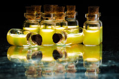 100ml空白瓶褐色能防止孩童瞎摸弄的剪报玻璃包括的查出的标签盒盖医学路径白色 免版税库存照片
