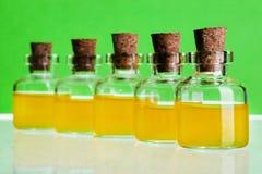 100ml空白瓶褐色能防止孩童瞎摸弄的剪报玻璃包括的查出的标签盒盖医学路径白色 免版税库存图片