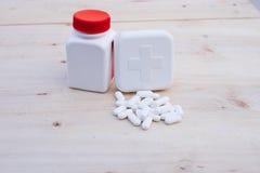 100ml το κενό γυαλί ψαλιδίσματος μπουκαλιών καφετί ακίνδυνο για τα παιδιά συμπεριλαμβανόμενο απομόνωσε το λευκό μονοπατιών ιατρικ Στοκ Φωτογραφίες