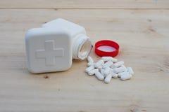 100ml pustego miejsca butelki brąz biel ścinku szkło zawrzeć odosobnionej etykietki pokrywkowego medycyny ścieżki biel zdjęcie stock