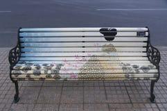 Målade bänkar av Santiago i Las Condes, Santiago de Chile Royaltyfri Foto