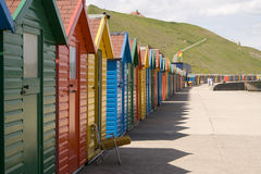 målade färgglada kojor för strand whitby Royaltyfri Foto