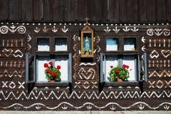 Målade garneringar på väggen av journalhuset i Cicmany, Slovakien Royaltyfria Bilder