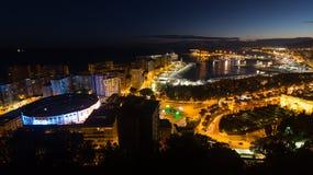Málaga y puerto mediterráneo en noche Foto de archivo libre de regalías
