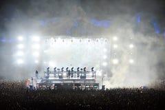 Mélange du DJ vivant sur l'étape à un festival de musique Photographie stock