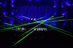 Mélange du DJ vivant sur l'étape à un festival de musique Photographie stock libre de droits