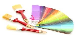 Målarfärgborstar och ljus palett av färger Arkivbild