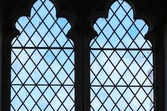 Målat glassfönster i kyrkan, Bibury England Arkivbilder