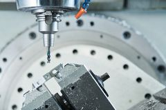 Mleć przy CNC maszyną przemysłowy metalworking rozcięcia proces krajaczem Obrazy Stock