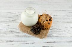 Mleko, ciastka na białym textured drewnianym stole hicks tło Zdjęcia Stock