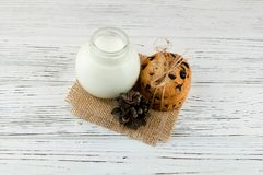 Mleko, ciastka na białym textured drewnianym stole Obrazy Royalty Free