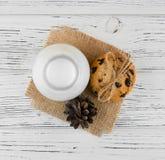 Mleko, ciastka na białym textured drewnianym stole Fotografia Stock
