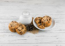 Mleko, ciastka na białym textured drewnianym stole Obraz Stock