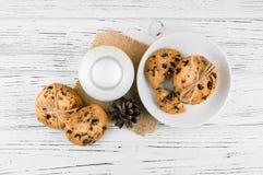 Mleko, ciastka na białym textured drewnianym stole Zdjęcia Royalty Free