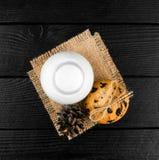 Mleko, ciastka na czarnym textured drewnianym stole Zdjęcia Stock