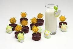 Mleko, czekoladowi muffins i Wielkanocni jajka, Zdjęcie Stock