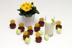 Mleko, czekoladowi muffins i Wielkanocni jajka, Zdjęcie Royalty Free