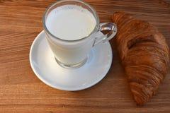 Mleko i croissant na stole Obraz Royalty Free