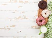 Mleko i donuts na drewnianym stole obraz stock