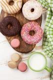 Mleko i donuts na drewnianym stole obrazy royalty free