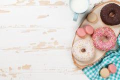 Mleko i donuts na drewnianym stole obraz royalty free