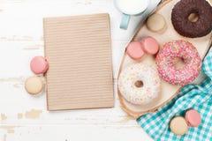 Mleko i donuts na drewnianym stole zdjęcia stock