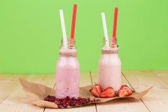 Mleko i jagodowy potrząśnięcie Zdjęcie Stock