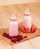 Mleko i jagodowy potrząśnięcie Fotografia Stock