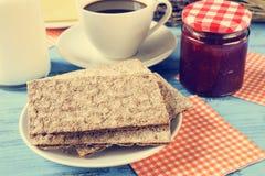 Mleko, kawa, crispbread i dżem przetwarzający, Obraz Stock