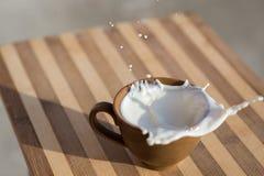 Mleko rozlewający Obrazy Stock