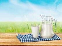 Mleko, szkło, tablecloth Zdjęcia Royalty Free