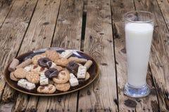 mleko, talerz asortowani torty Zdjęcia Stock