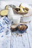 Mleko w butelce, ananasie i ganola owoc dla śniadaniowego Wyśmienicie zdrowego jedzenia, Biały tło kosmos kopii Zdjęcia Royalty Free