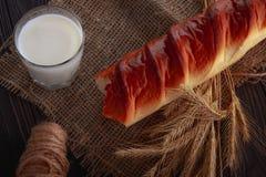 Mleko w szklanym i białym chlebie na drewnianym stole zdjęcie royalty free