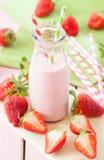 Mleko z świeżymi truskawkami obrazy stock