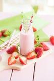 Mleko z świeżymi truskawkami zdjęcie stock