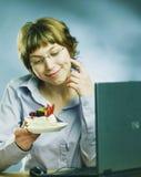 Mlle avec un gâteau Photographie stock libre de droits