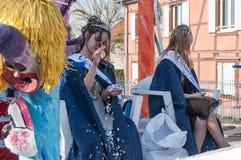 Mlle carnaval avec des confettis pendant le défilé Photos stock