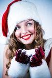 Mlle Santa regardant la neige Photo stock
