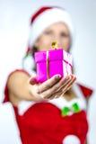 Mlle Santa te donnant un présent Photographie stock libre de droits