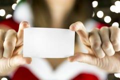 Mlle Santa tenant la carte vierge Images stock