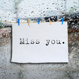 Mlle vous message sur des notes de pince à linge et de papier Image stock