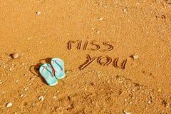 Mlle vous, mots écrits dans le sable sur la plage Photographie stock libre de droits