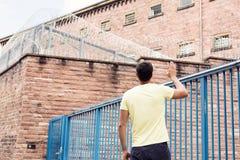 Mlles His Imprisoned Girlfriend de jeune homme Photo libre de droits