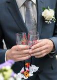 målning för holding för champagneexponeringsglasbrudgum Royaltyfria Bilder