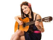 Mélomane, fille d'été avec la guitare d'isolement Photographie stock