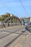 Mlynski-Brücke mit der Tram, die in Breslau, Polen sich nähert Lizenzfreie Stockfotos