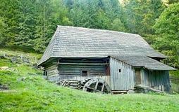 Mlyny - Oblazy - eine alte hölzerne Wassermühle im Kvacany-Tal Stockbild