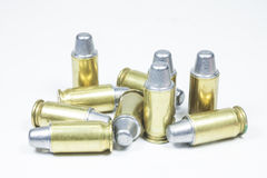 11 mm。黑手枪和弹药 免版税库存图片
