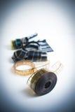 35mm与在焦点拍板外面的电影卷轴在背景, vertica中 免版税库存照片